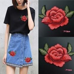 2db Rose virágkészlet Hímzett varrott vasalat a javításokhoz Jelvényes kalap táska DIY szövetbevonat