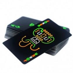 Fekete, világító, fluoreszkáló pókerkártyák ragyognak a sötét bárban Pa R5U2