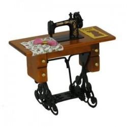 Miniatűr varrógép ruhával 1/12-es méretű babaház dekorációhoz N3O J0V4