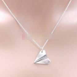 Ezüst színű nyaklánc repülő minta medál